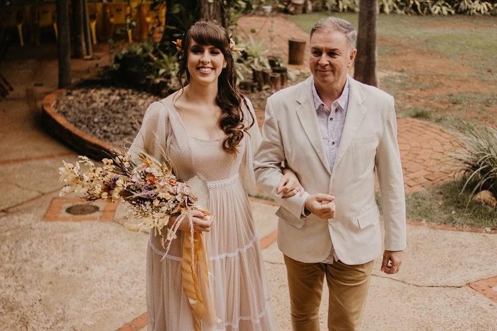 A última vez que a fotógrafa tinha visto o pai foi no final do ano passado no dia do seu casamento — Foto: Isabela Ribeiro / Arquivo pessoal