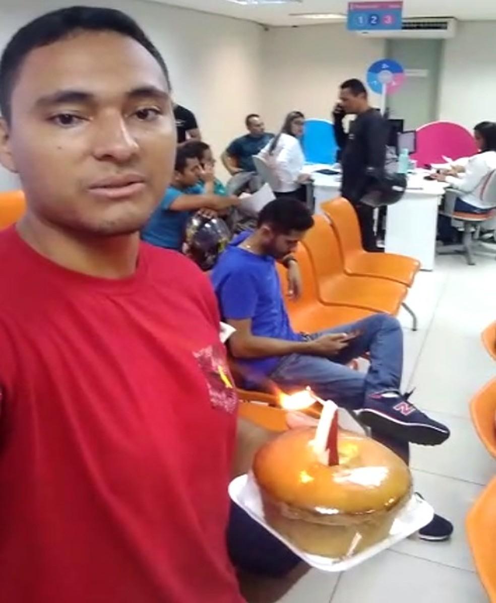 Cliente 'comemora' um mês de espera por uma ligação de energia com bolo na Enel — Foto: Arquivo pessoal