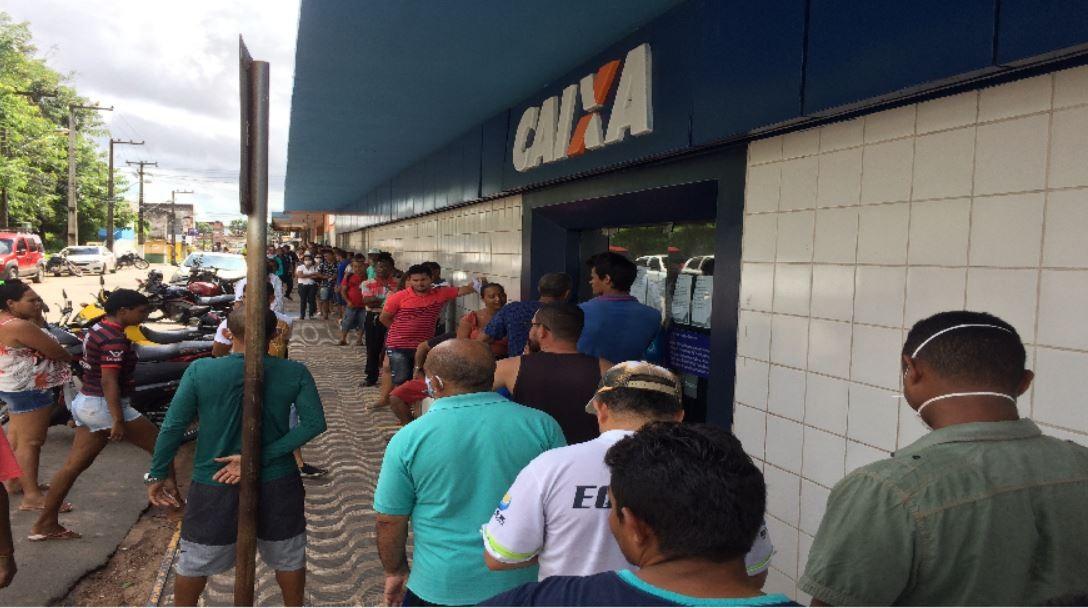 Agências da Caixa em São Luís têm filas no 1º dia do pagamento do auxílio emergencial