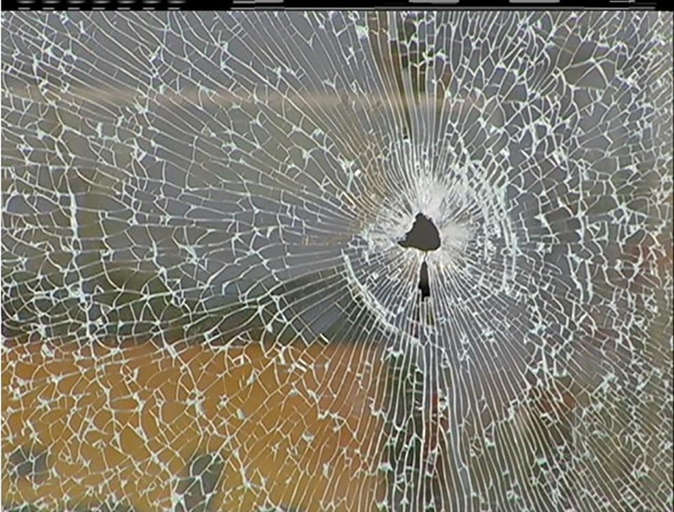 Vidro do ponto de ônibus também foi atingido após tiroteio em Cabo Frio, RJ (Foto: Reprodução / Inter TV)