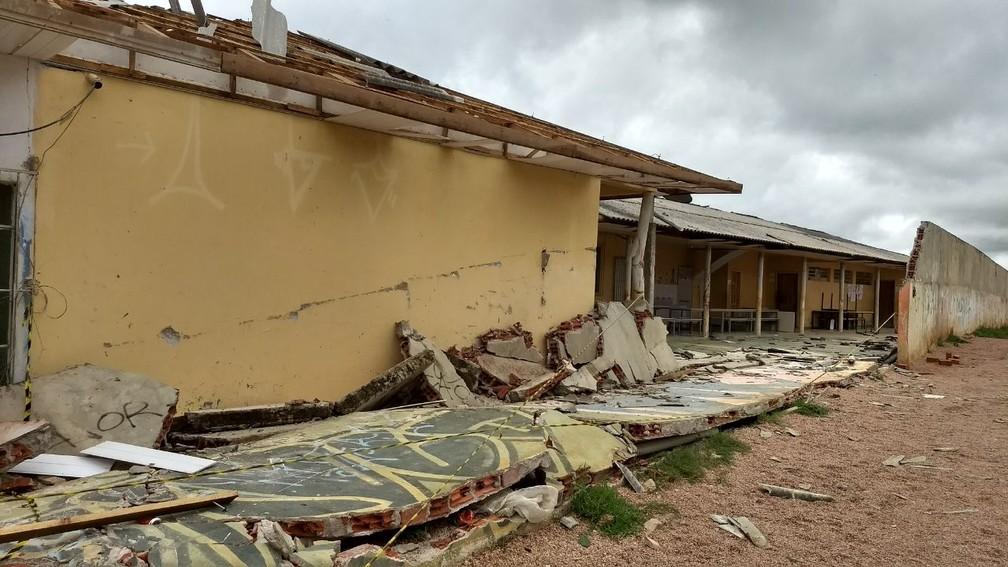 Escola estadual de Fazenda Rio Grande foi danificada com a chuva (Foto: Bruno Fávaro/RPC)