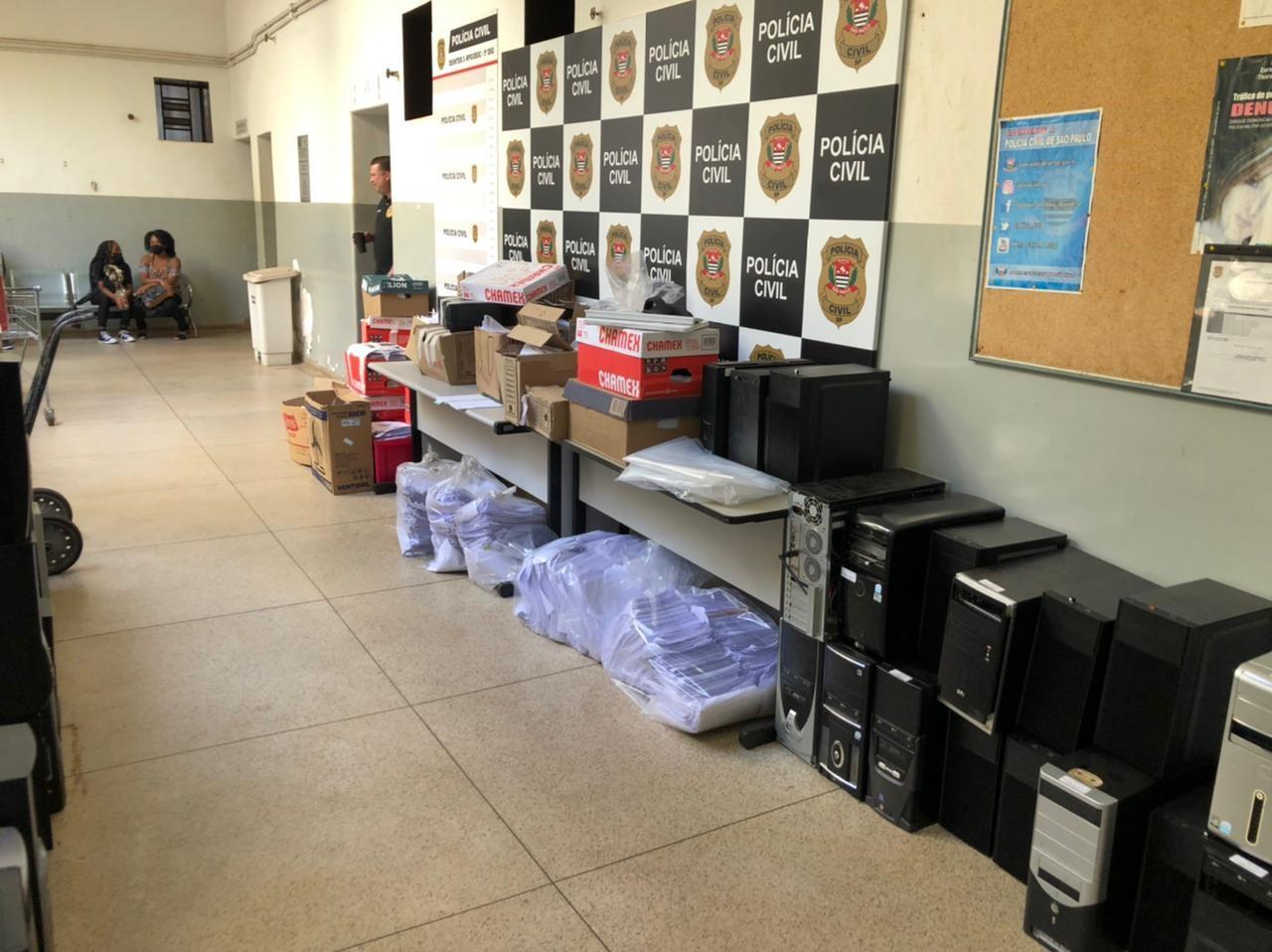 Polícia apreende computadores, celulares e documentos usados para fraudar empréstimos em Ribeirão Preto