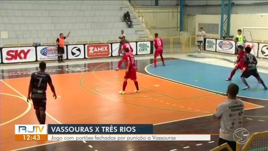 Torcida de Vassouras faz festa com jogadores fora do ginásio após vitória sobre Três Rios