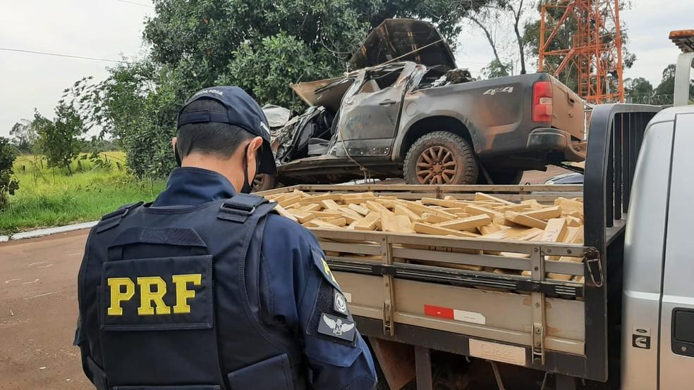 Motorista é preso com mais de uma tonelada de droga após capotar carro durante fuga em MS — Foto: PRF/Divulgação