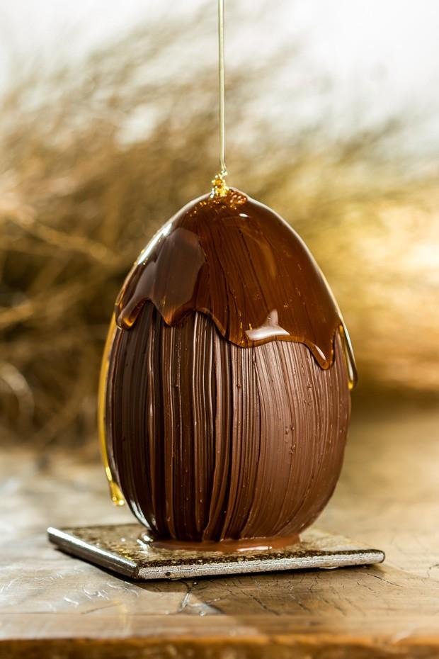 Ovo de páscoa de mel jataí e pólem, da loja Vila Chocolat (Foto: Leo Feltran / Divulgação)