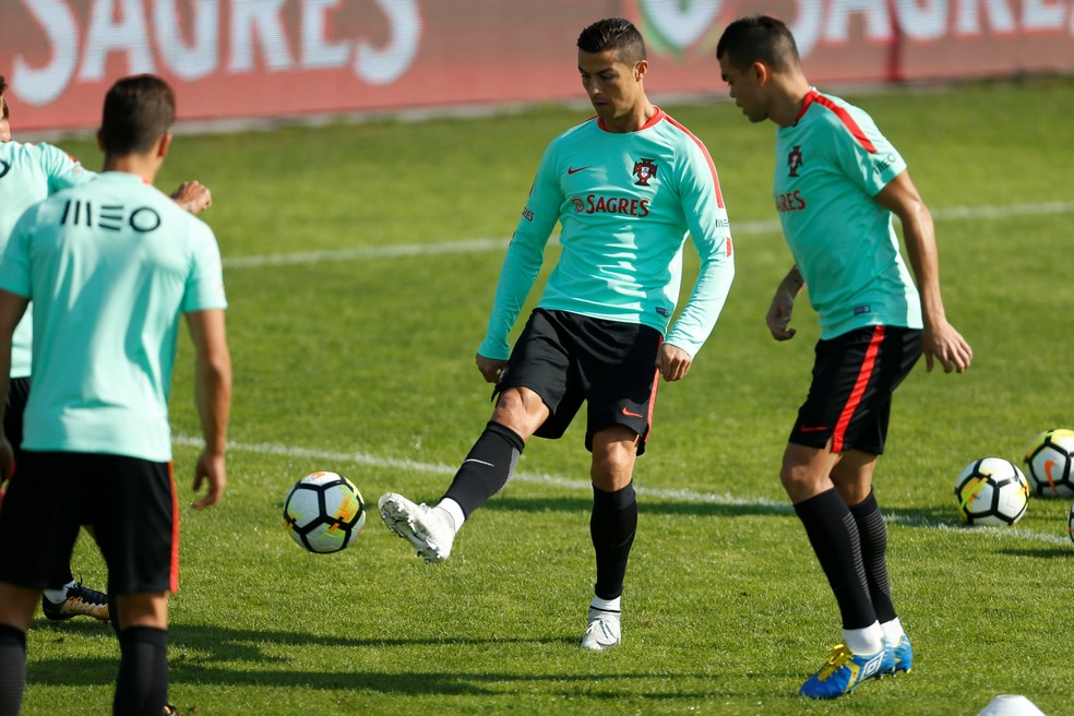Cristiano Ronaldo e Pepe durante treino: Portugal e Suíça fazem jogo decisivo por vaga direta na Copa (Foto: Reuters)