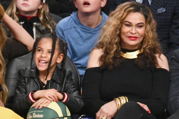 A filha de Beyoncé, a pequena Blue Ivy, e a mãe da cantora, Tina Knowles (Foto: Getty Images)