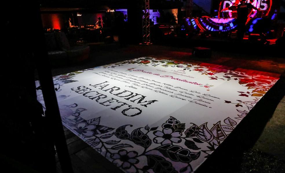 """A obra """"O Jardim Secreto"""", de Frances Hodgson Burnett, inspirou decoração da 5ª edição do Baile de Debutantes Fadas Madrinhas (Foto: Alexandre Rechtman/Projeto Fadas Madrinhas)"""