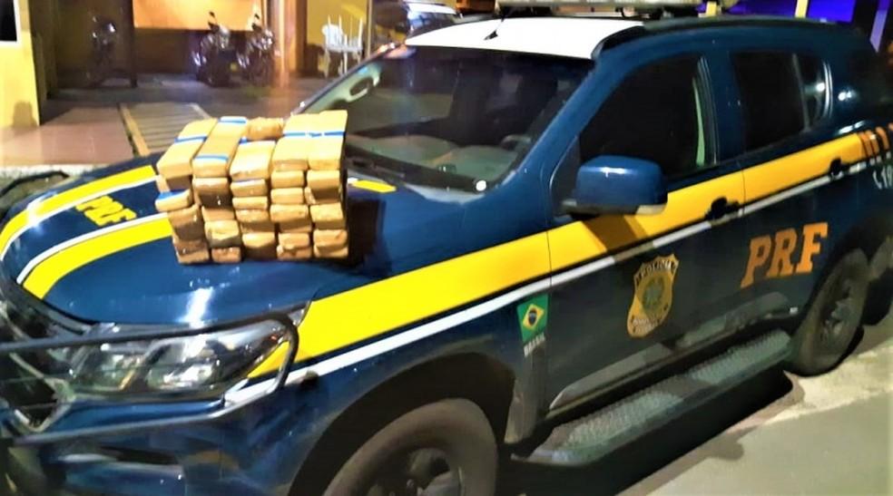 Casal é preso após polícia encontrar quase 30 kg de maconha em mala de carro no sul da Bahia. — Foto: PRF / Divulgação