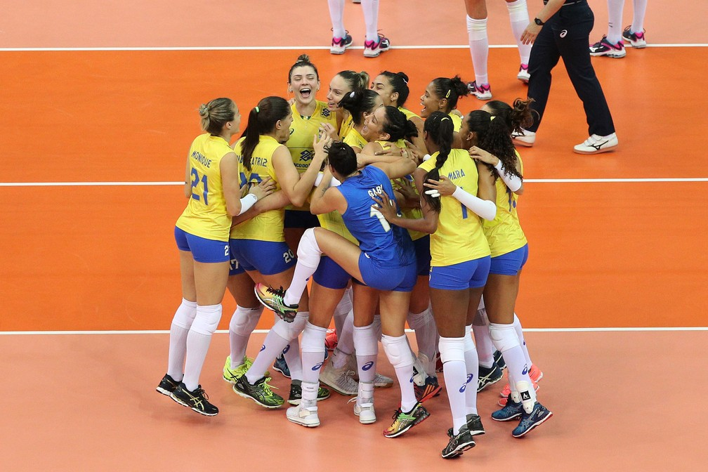 Brasileiras comemoram muito a vitória suada (Foto: Divulgação/FIVB)