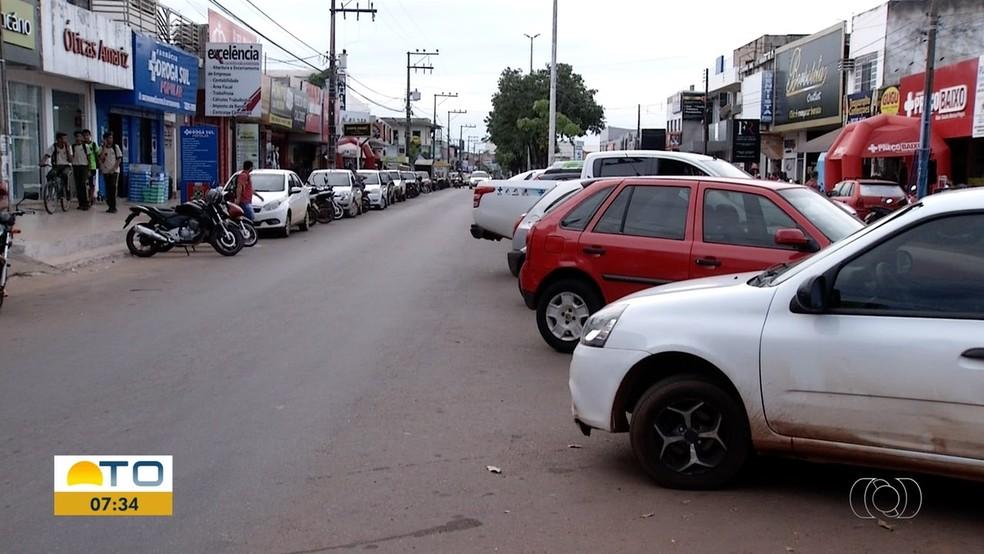 Motoristas estacionam até nos retornos da Avenida Tocantins — Foto: Reprodução/TV Anhanguera