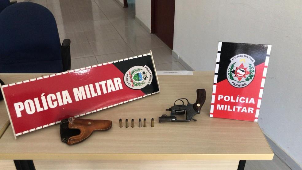 Suspeito preso em Princesa Isabel, no Sertão da PB, estava com um revólver calibre 32 e munições intactas — Foto: Polícia Militar/Divulgação