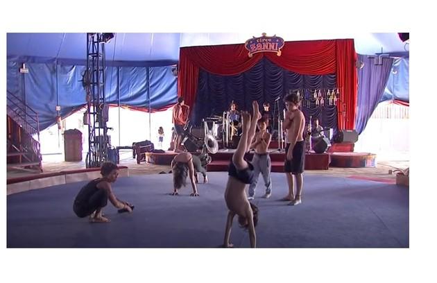 Antonio (o menino mais alto, de pé) ensaia acrobacia e, ao fundo, Leo toca teclado (Foto: Reprodução/TV Cultura)