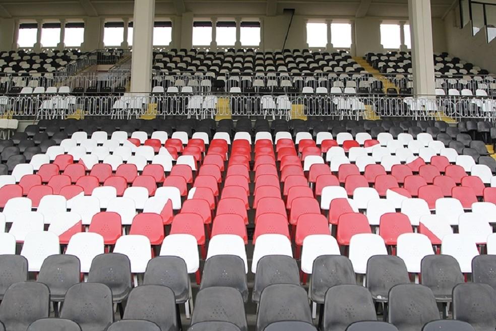 Os camarotes da presidência são estes espaços entre as grades, acima das cadeiras com a cruz de malta  — Foto: Paulo Fernandes / Vasco