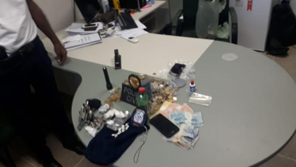 Material apreendido pela polícia na residência do casal na cidade de Varjota, no Ceará — Foto: Maristela Gláucia/ Sistema Verdes Mares