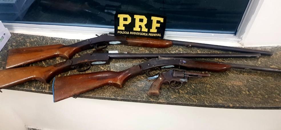 PRF apreendeu três espingardas na ocorrência — Foto: PRF/Divulgação