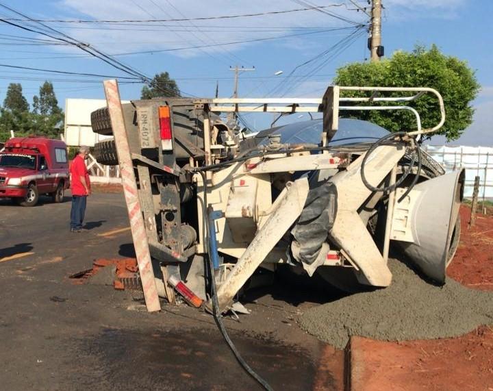 Caminhão carregado com cimento afunda em asfalto em bairro de Jales