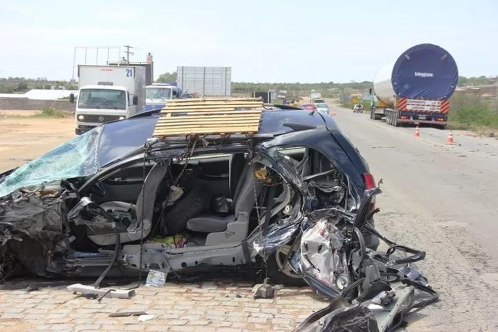 Carro ficou destruído após bater na lateral de uma carreta, na BR-116 (Foto: Raimundo Mascarenhas/ Calila Notícias)
