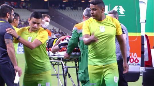 Leandro Carvalho deixa gramado de ambulância após choque com Renê