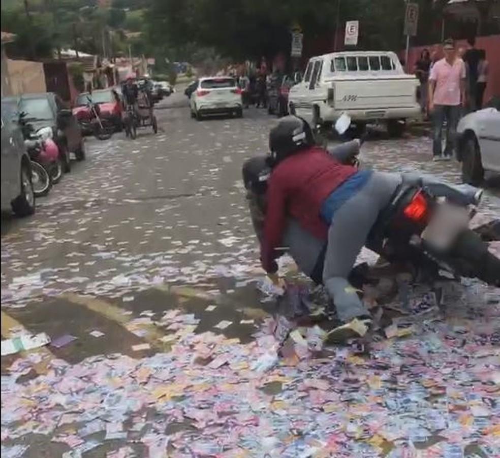 Motociclista e garupa caem em rua com santinhos em Tatuí — Foto: Arquivo Pessoal/Gabriel Vanin