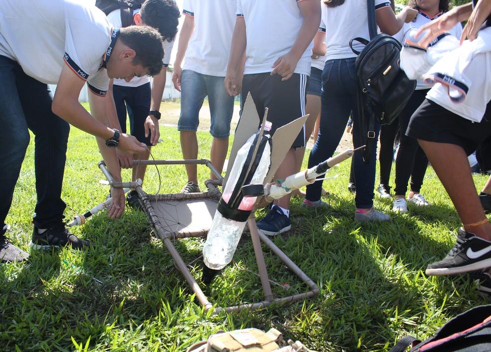Estudante da Escola Major Guapindaia, confere últimos ajustes antes do lançamento de seu foguete na fase estadual da 13ª Mobfog.  — Foto: Pedro Bentes/G1