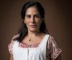 Matriarca da família Lemos, Lola (Gloria Pires) vive para os filhos e o marido, Júlio (Antonio Calloni). Se dedica à confecção e venda de peças de tricô para ajudar na difícil situação financeira da casa | TV Globo