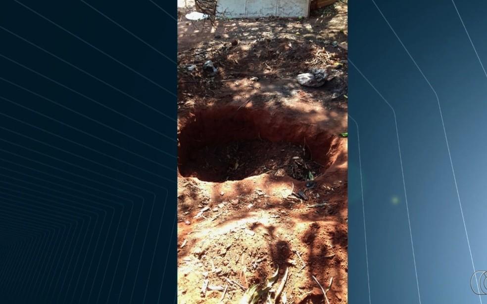 Mulher mostrou para a polícia cova onde havia enterrado vítima  (Foto: Reprodução/TV Anhanguera)