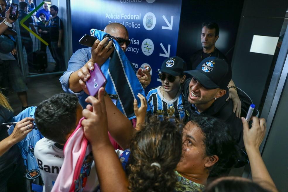 Na chegada do Grêmio a Florianópolis, Luan foi um dos mais tietados — Foto: Lucas Uebel / Grêmio F.B.P.A.