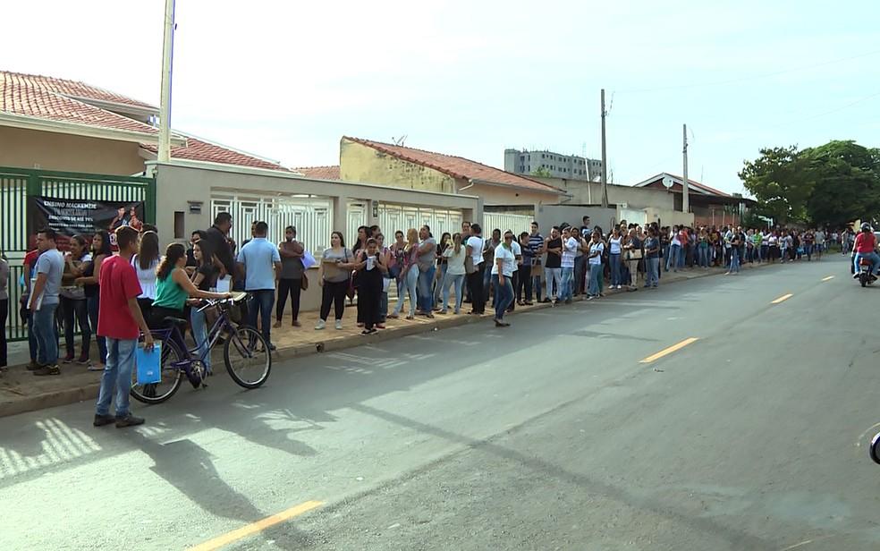 Moradores de Hortolândia aguardam na fila para vaga de emprego; desemprego no país cresceu durante a crise econômica  (Foto: Márcio Silveira/EPTV)