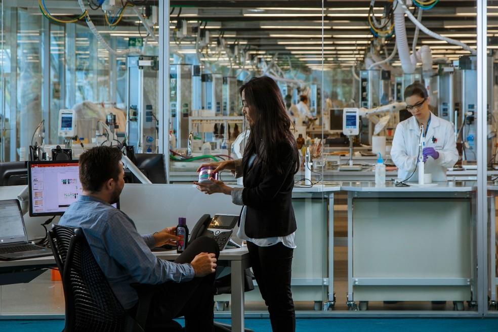Laboratórios também fazem o controle de qualidade dos tecidos — Foto: Samuel Allard/Divulgação