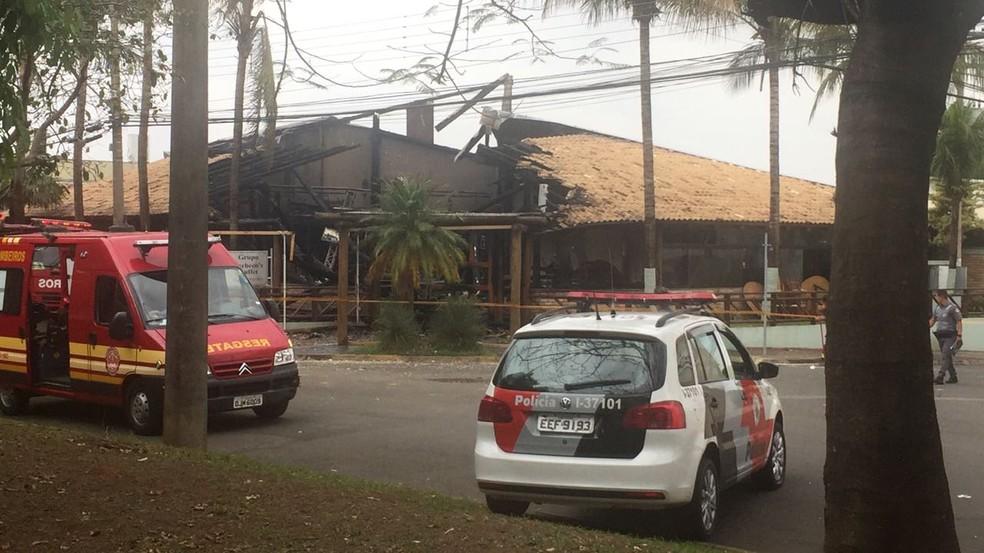 Incêndio destruiu o Buffet Pacheco's parcialmente em Rio Claro (Foto: Tiago Tomazelli)
