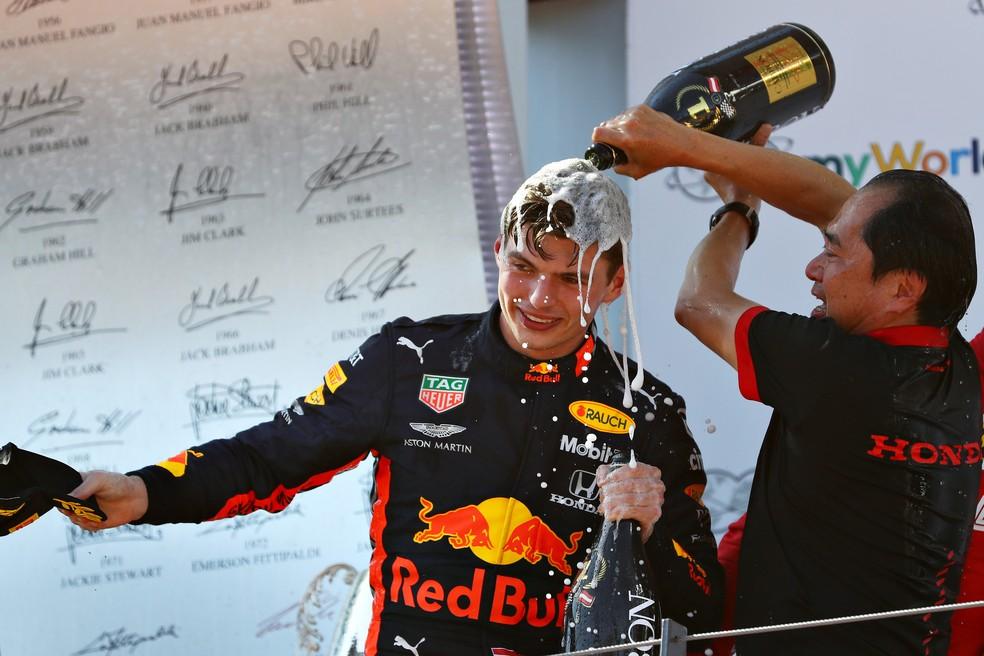 Toyoharu Tanabe dá banho de champanhe em Max Verstappen na Áustria — Foto: Getty Images