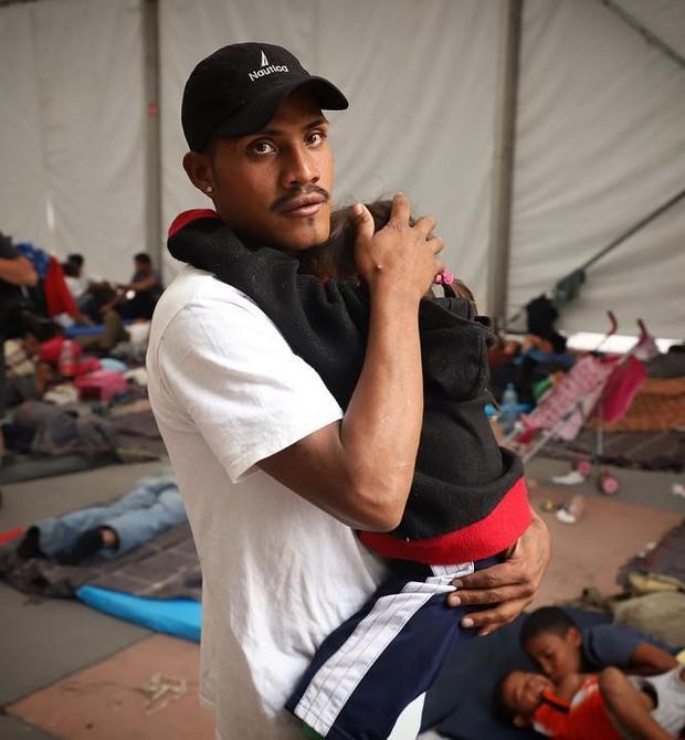 Homem com criança no colo em abrigo do UNICEF na Cidade do México (Foto: Héctor Alfaro)