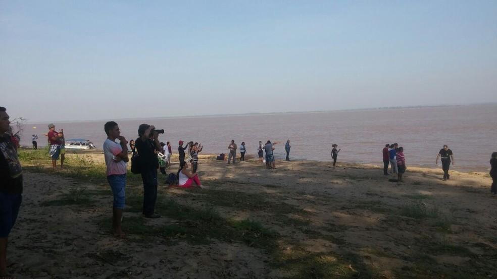 Familiares dos desaparecidos, imprensa e cuirosos acompanharam a operação de içamento às margfens do Rio Amazonas (Foto: Débora Rodrigues/TV Tapajós)