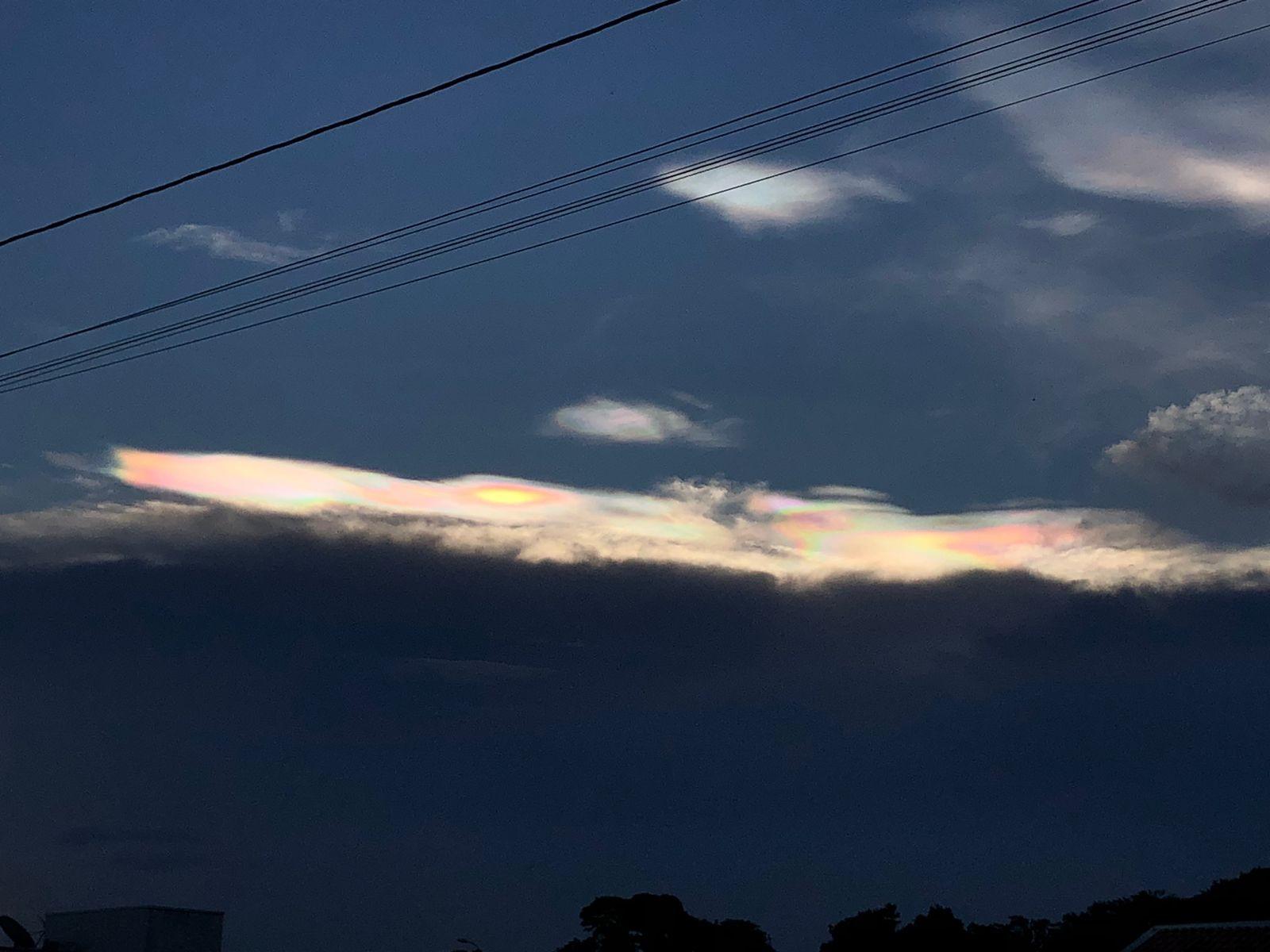 Fenômeno que deixa nuvens coloridas é registrado por moradores de Vilhena, RO