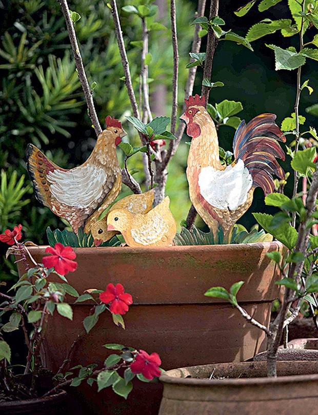 O jardim também é lugar para bom humor. A família de galinhas de ferro espetada no vaso deixa o espaço com ares de interior. Projeto da arquiteta paisagista Daniela Sedo. (Foto: Pedro Abude/Casa e Jardim)