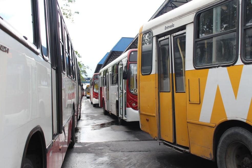 Linhas ficaram retidas no Terminal de Integração 4, na Zona Leste de Manaus (Foto: Indiara Bessa/G1 AM)