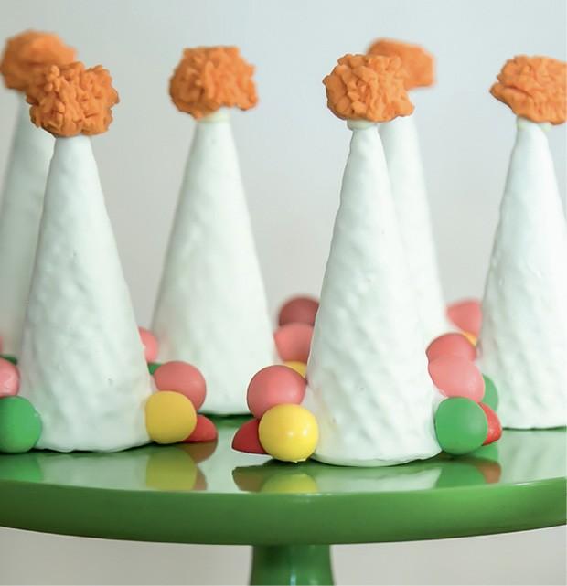 Detalhe — O chapéu do palhaço foi reproduzido por essa casquinha de sorvete coberta com chocolate branco e recheada de brigadeiro branco. (Foto: Thaís Galardi)