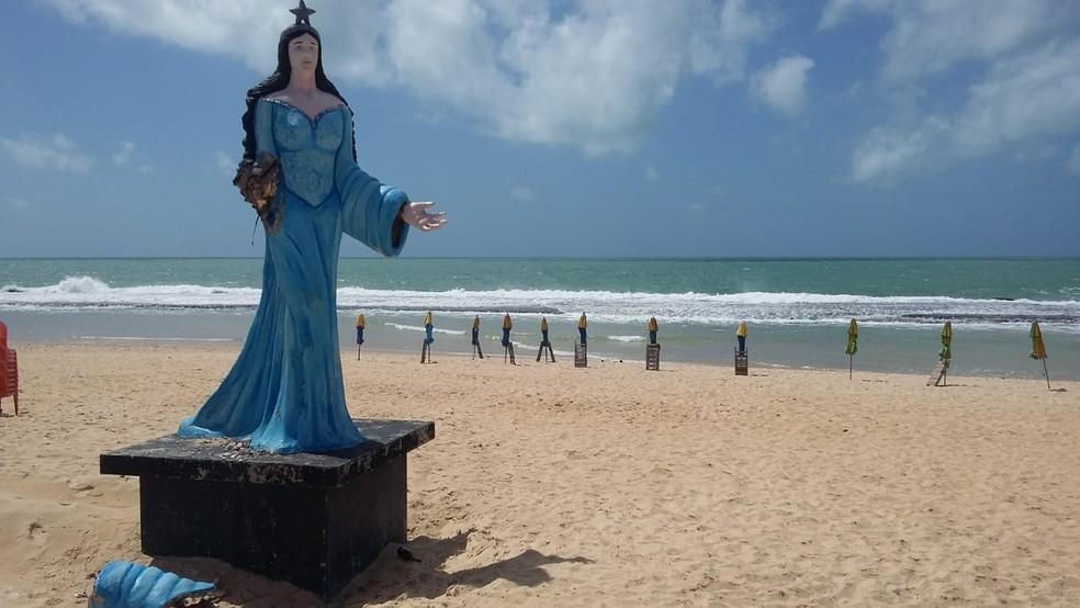 O trecho da Praia do Meio, em Natal, próximo à estátua de Iemanjá está impróprio para banho — Foto: Sérgio Henrique Santos/Inter TV Cabugi
