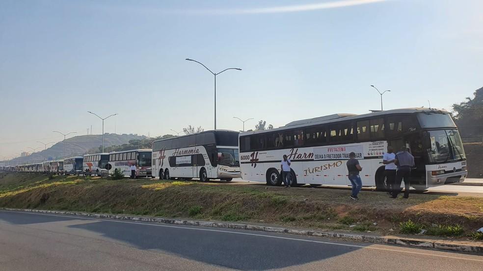 Ônibus fretados se concentram para protesto, em frente à Cidade Administrativa — Foto: Ewerton Lopes/ TV Globo