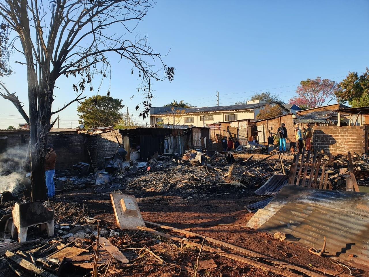 Famílias que perderam tudo em incêndio recebem doações e aguardam entrega de novas casas, em Cascavel