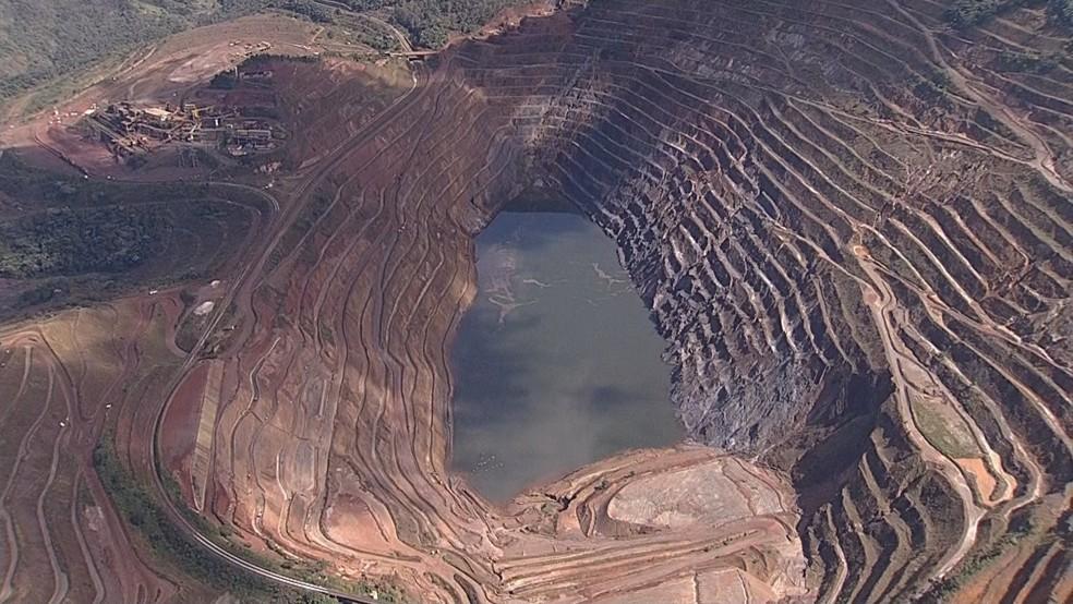 Parte de talude de mina da Vale se desprende em Barão de Cocais nesta sexta-feira (31). — Foto: Reprodução/TV Globo