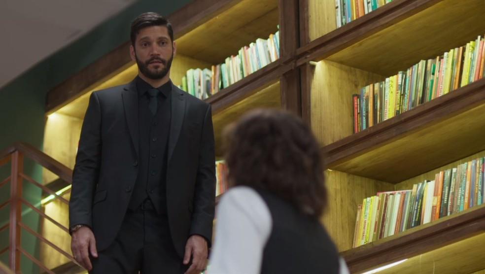 Diogo (Armando Babaioff) olha Nana (Fabiula Nascimento) com dificuldade para subir escada — Foto: TV Globo