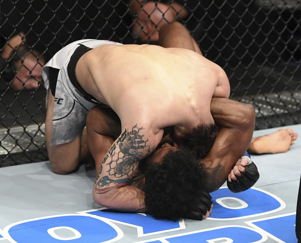 Jordan Griffin encaixa a guilhotina que apagou TJ Brown no UFC Norfolk — Foto: Getty Images