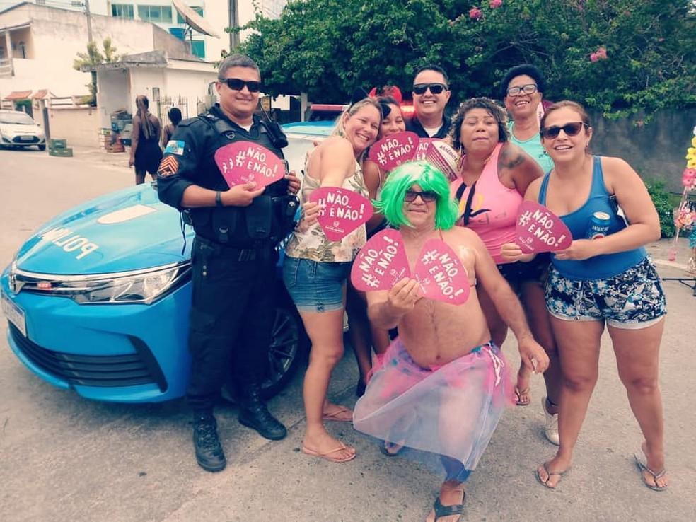 Foliões recebem orientações de prevenção do crime de importunação sexual na Região dos Lagos do Rio — Foto: Divulgação/Comunicação social 25º BPM