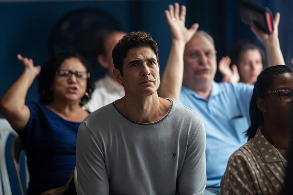 Régis (Reynaldo Gianecchini) fica emocionado com as palavras do pastor, em 'A Dona do Pedaço' — Foto: Artur Meninea/Gshow