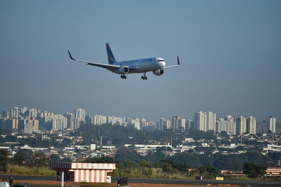 Avião da Latam pousa no Aeroporto Internacional de Brasília, em imagem de arquivo — Foto: Andre Borges/Agência Brasília