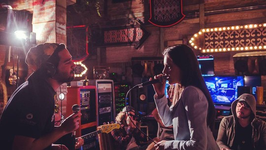 Mariana Rios solta voz e é a estrela do videoclipe da banda Atitude 67