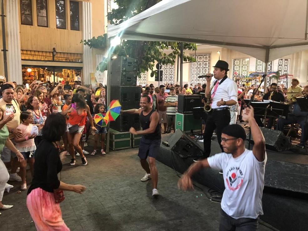 Maestro Spok fez a festa neste sábado (11), em prévia carnavalesca no Bairro do Recife — Foto: Marina Meireles/G1