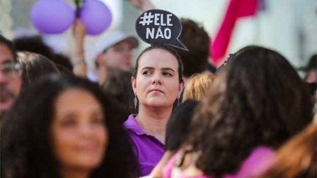 Nenhuma das pessoas que responderam pesquisa disse ter apenas ensino fundamental ou nenhuma escolaridade; 86% cursava faculdade ou tinha completado o Ensino Superior (Foto: AFP via BBC News Brasil)